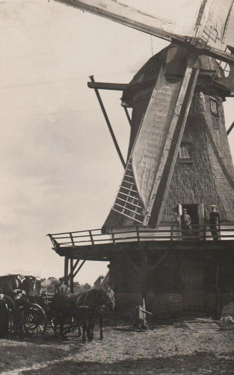 Formerumermolen (Koffiemolen), Formerum (Terschelling), De beroepsmolenaar en zijn klanten.  Foto datum onbekend, coll. Arie Hoek.