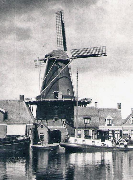 De Vlijt, Meppel, De molen vóór 1933, nog met achtkante onderbouw en ronde stenen bovenbouw.  Coll. Martin E. van Doornik.
