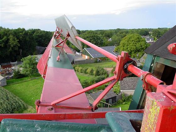 De Hoop, Norg, Nogmaals het Bilau-systeem, maar dan gezien vanaf de aszijde van de kap.  Foto: Harmannus Noot (26-8-2006).