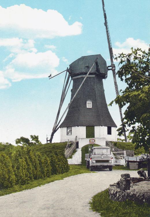 De Hondsrug, Weerdinge, De nog met dakleer beklede molen met één roede. Gezien de DAF-vrachtwagen voor de invaart is het omstreeks 1960.  Ingekleurde ansichtkaart, verzameling: Aad Toet.