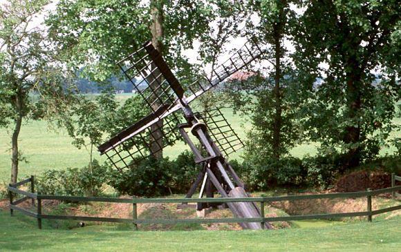 Bij De Izeren Kou, Allingawier, Op zijn oude plek word je toch niet vrolijk van....  Foto: Willem Jans (4-8-2002).