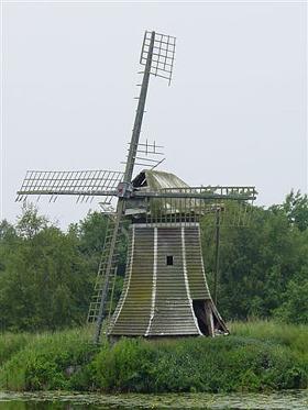De Mearmin / Geestmermeermolen, Dokkum, Foto: Harmannus Noot (25-6-2006).  De molen gaat zienderogen achteruit!