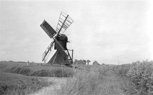 Arkens, Franeker, De molen op zijn oude plaats, nog met zelfzwichting op beide roeden en op één roede vlinderwieken.  Foto: niet bekend bij de redactie (verzameling Rob Pols).