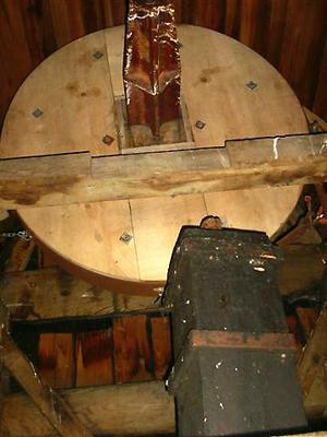 Jansmole, Goengahuizen, Een oude situatie: het bovenwiel is een soort schijf zonder kammen. De koningspil staat los zonder bovenlager. Foto: ?