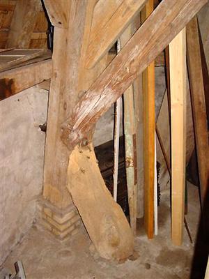 Hegebeintumer Mûne / De Hogebeintumermolen, Hogebeintum, Klein extra korbeeltje aan één van de achtkantstijlen.  Foto: Harmannus Noot (16-7-2006).