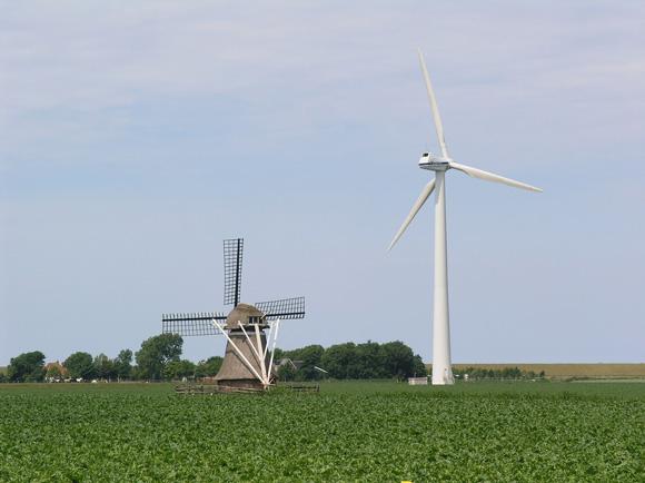 Klaailânsmûne / De Kleilânsmole, Marrum, Oud en nieuw gebroederlijk bijeen.... Foto: Willem Jans (21-6-2008).