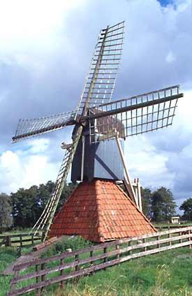 De Bird / Koopmansmolen, Grou (Grouw), De molen vóór de restauratie. Zoek de verschillen!  Foto: W. Jans (01-09-2001).