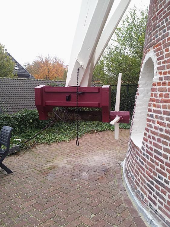 Annemie, Eindhoven-Acht, De nieuwe kruibok, met oude haspel.  Eén spaak is ingekort omdat het anders niet mogelijk was om de opbouw van een koekoek in de molenberg te passeren.  Foto: Mario Collombon (19-11-2013).