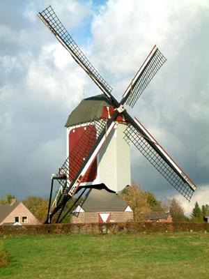 De Oostenwind, Asten, De Astense molen wordt traditiegetrouw overhek weggezet.  Foto: Geert van Stekelenburg.