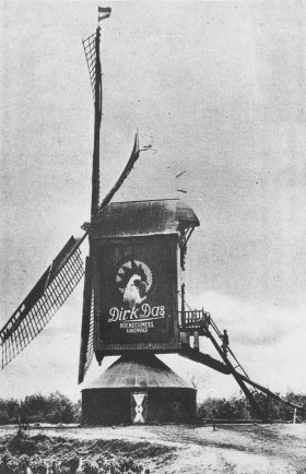 Sint Willibrordus, Bakel, Foto: n.n. (1932) - St. Willibrordus met reclame op zijwegen. De molenaars zouden graag zien dat deze reclame weer werd aangebracht.