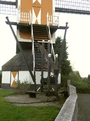 (standerdmolen), Boekel, De absurde situatie perfect in beeld: de molen kan  door onder andere deze muur niet meer worden rondgekruid.  Foto: Willem Jans (30-10-2005).