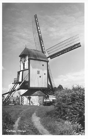 De Vlijt, Geffen, De molen op zijn vorige locatie, ca. 1950. Foto: ? (verzameling Ton Meesters).