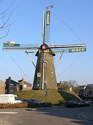 De Visscher, Goirle, De molen versierd ter ere van het behalen van de gouden  Olympische medaille van de plaatselijke schaatster Ireen Wüst.  Foto: Willem Jans (25-2-2006).