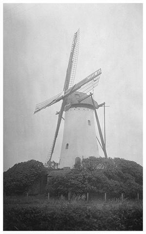 Sancto Antonio / St. Antonius, Halsteren, Zeer oude foto van de molen. Let vooral eens op de houten borstroeden.  Foto: verzameling Ton Meesters.