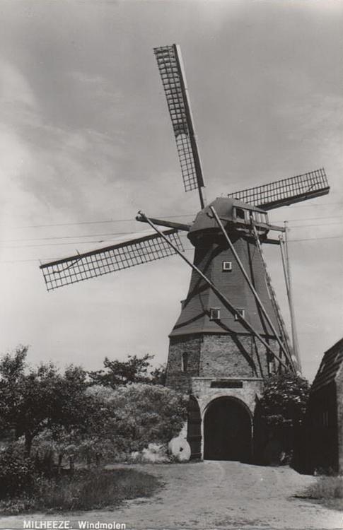 Laurentia, Milheeze, De malende molen vroeger met dakleer.  Foto n.n. (ingezonden door Arie Hoek).