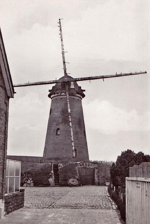 (beltmolen), Nispen, Foto gemaakt na aankoop door de gemeente en voor de restauratie.  Foto n.n. (dec. 1976), coll. Boukje van Leijen.