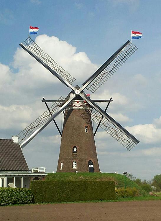 De Roosdonck, Nuenen, De molen mooigezet voor de kroning van Koning Willem-Alexander.  Foto: Mario Collombon (30-4-2013).