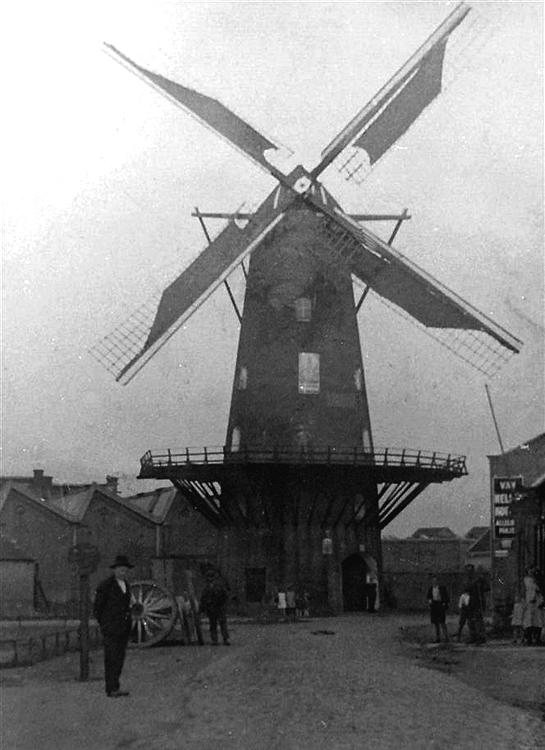 Nieuw Leven, Oss, In de moleningang staat eigenaar Frans Burgers. Afzender: Guus Burgers, jongste zoon uit het gezin van 11 kinderen.  Foto n.n. uit 1935.