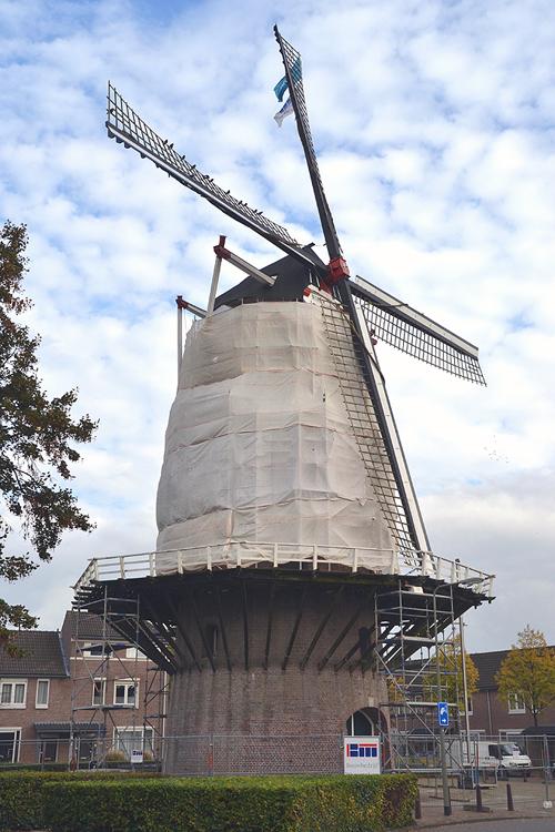 Nieuw Leven, Oss, De molen ingepakt en in de steigers voor herstelwerkzaamheden aan de romp.  Foto: Rob Pols (23-10-2014).