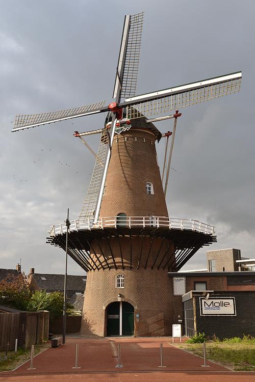 Zeldenrust / De Zwaluw, Oss, De molen is tegenwoordig beter zichtbaar door de sloop van enkele panden.  Foto: Rob Pols (23-10-2014).