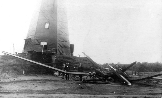 Sint Victor, Zeeland-Oventje, De volledig ontzette zeskante voorganger na de storm van 1925.  Foto: ? (verzameling Ton Meesters).
