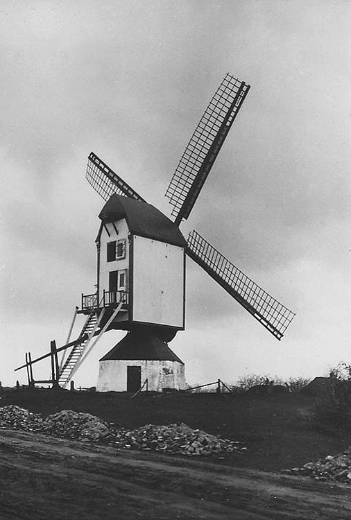 (standerdmolen), Rosmalen, Historische foto van de molen met een nog open gebied rondom. De weg wordt zo te zien verhard.  Foto n.n. (ca. 1930), ingezonden door Rob Pols.