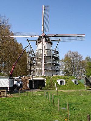 De Genenberg, St. Michielsgestel, De Genenberg in de steigers i.v.m.  het witten van de romp en ander schilderwerk.  Foto: Marcel Stroo (21-04-2005).