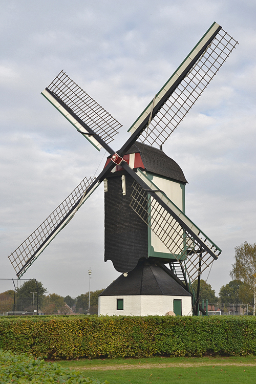 Molen van Jetten, Uden, De molen in overhekstand, zoals het vroeger gebruikelijk was, zie oude foto onder.  Foto: Rob Pols (23-10-2014).