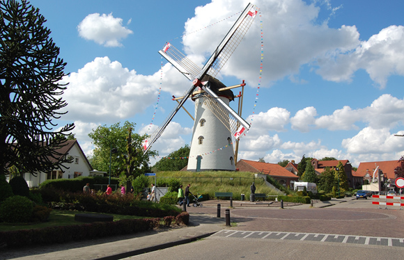 Windlust, Vorstenbosch, De molen staat in de vlaggetjes omdat er kermis in het dorp is. Sinds héél lang heeft de molen ook weer vier zeilen.  Foto: Rob Pols (22-5-2009).