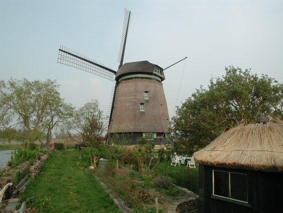 Slootgaardmolen, Waarland, De molen in de eindfase van de restauratie.  Foto: Joop Vendrig (21-4-2003).