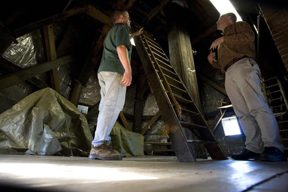 De 1200 Roe, Amsterdam-Slotermeer, Rein Arler (l.) leidt collega molenaar Jan Hofstra van de Stommeermolen rond in zijn molen.  Foto: Bert Bulder (14-10-2007).