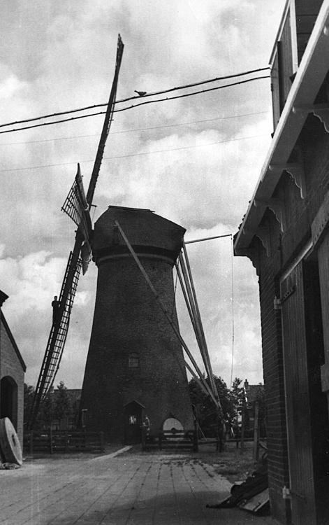 De Eersteling, Hoofddorp, De Eersteling op zijn oude plek tijdens de restauratie in 1945.  Foto n.n., ingezonden door Arie Hoek.