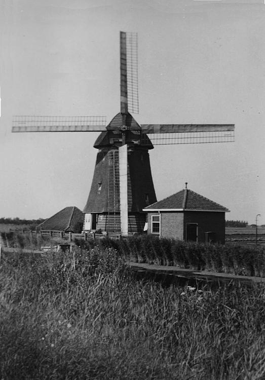 Molen De Lage Hoek, Hoogwoud, Foto datum onbekend, de molen nog met het Dekkersysteem.  Foto: ingezonden door Arie Hoek.