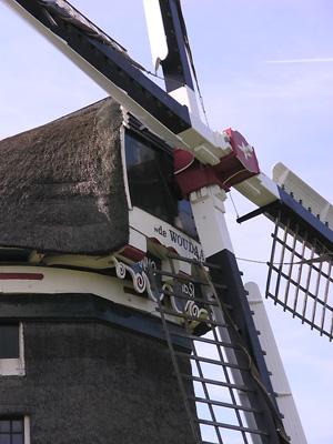 De Woudaap, Krommeniedijk, De windpeluw en baard nog in de oude kleuren en mét jaartal.  Foto: Foto: Frans van Unen (30-8-2005).