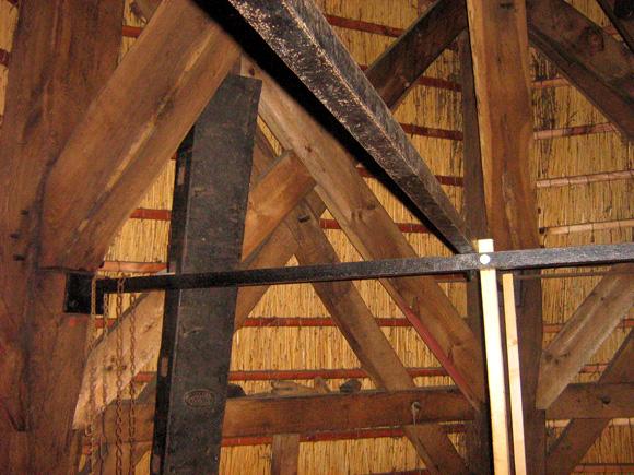 Meermolen / De Onrust, Muiderberg, De ijzeren stangen ter versteviging van het achtkant. Op de achtergrond zijn ook de dubbele veldkruizen te zien.  Foto: Toby de Kok (20-7-2008).
