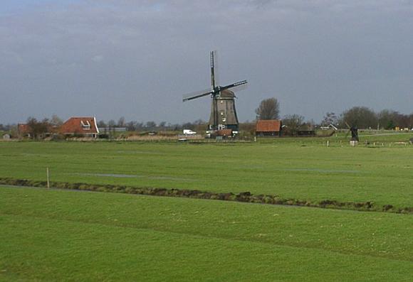 Nekkermolen, Neck, De Nekkermolen malend bij windkracht 10 (let op de uitgenomen steekborden!).  Foto: Rein Arler (26-2-2002).