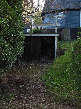 (poldermolen), Nederhorst den Berg, Foto: Rob Pols (5-5-2004.)De gedempte waterloop: tegenwoordig in gebruik als opbergruimte!