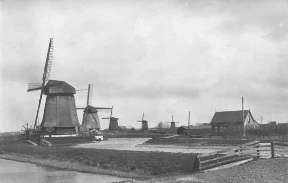 Strijkmolen B (Zes Wielen), Oudorp, Foto uit de oude doos. Van voor naar achter de strijkmolens A (verdwenen), B, C, D en E.  Foto: n.n. (verzameling Ruud van den Aakster).