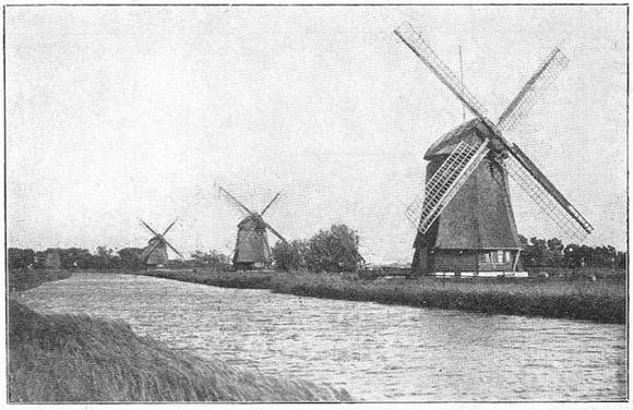 Strijkmolen K, Rustenburg, De tweede molen is de K. Helemaal links achteraan is nog de romp van de later verdwenen strijkmolen M te zien.  Foto: ? (verzameling Rob Pols).