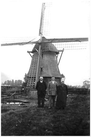 De Westerveer, Spanbroek, De Westerveer in een grijs verleden. Op de foto zijn de volgende personen te zien: Cees Kuiper met zijn vrouw Eva Liefting en hun zoon Steef.  Foto: n.b. (archief Ruud van den Aakster).