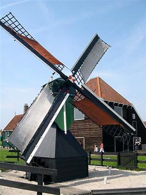 De Hadel, Zaandam, De molen met Zaanse zomerzeilen. Let ook op de hoge bebouwing op korte afstand.  Foto: Adrie Swan (1-5-2005).