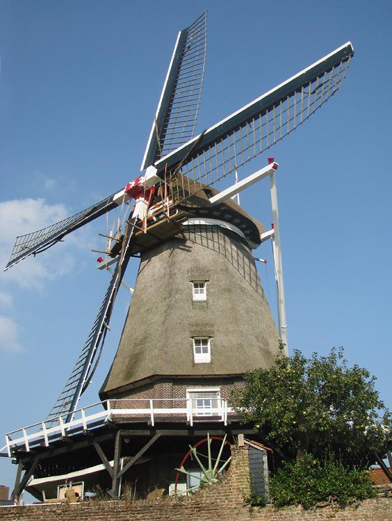 De Valk, Montfoort, De windpeluw wordt door de molenmaker onderhanden genomen.   Foto: Piet Glasbergen (17-9-2014).