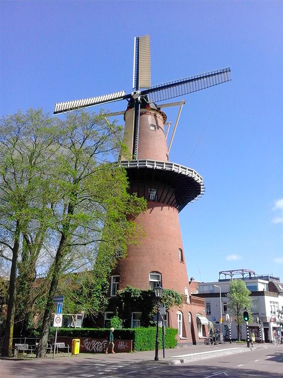 Rijn en Zon, Utrecht, De molen na bijna 8 maanden weer met kap en wieken. Foto: Rob van Wijngaarden (20-4-2016)