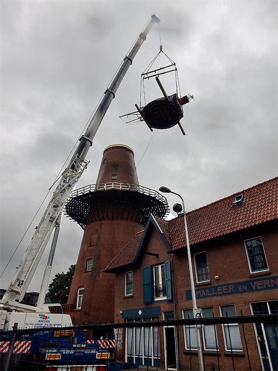 Rijn en Zon, Utrecht, De kap wordt van de molen getakeldfoto: Tony Hop (17-8-2015)