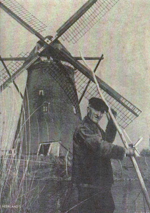 Nederwaard Molen No.2, Kinderdijk, Op de voorgrond molenaar Piet Groenendijk van de Nederwaard no. 2.  Rechts op de achtergrond molen Overwaard no. 1. Foto 1939, ingezonden door Arie Hoek.