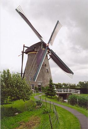 Nederwaard Molen No.3, Kinderdijk, Malend met ongelijke zeilvoering!  Foto: Jeroen van Dijke (juni 2005).