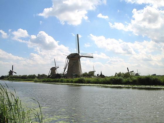 Nederwaard Molen No.3, Kinderdijk, Op de voorgrond molen No. 3.  Foto: Rob Pols (31-7-2006).