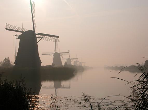 Overwaard Molen No.5, Kinderdijk, Bijzonder mooie sfeeropname, met molen 5 staand tweede van links.  Foto: Hans Viveen (2004).