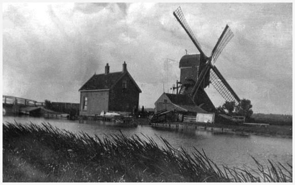 Munnikkenmolen, Leiderdorp, Een nog totaal vrij staande Munnikkenmolen omstreeks1931.  Foto: collectie familie Borreman.
