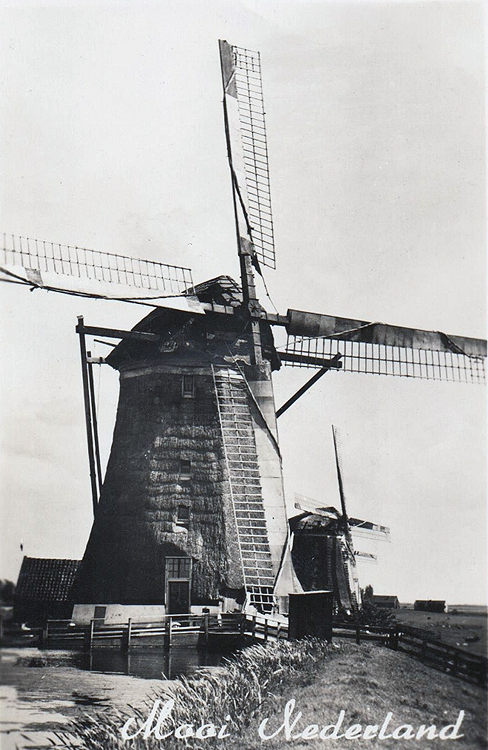 Bovenmolen (van de Driemanspolder), Leidschendam, De molendriegang, met de Bovenmolen op de voorgrond, nog met het Dekkersysteem.  Foto: ansichtkaart (ca. 1940), coll. Arie Hoek.